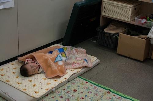 オフィス内に、赤ちゃんを寝かせることのできるスペースがある。