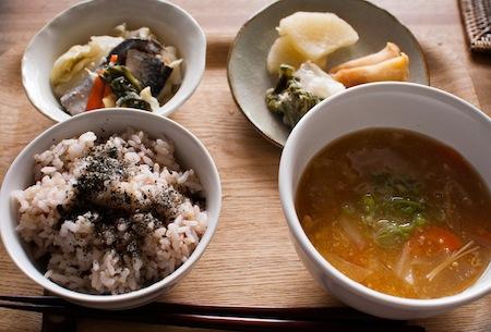 ごちそうになったお昼ごはん。使われているのはすべて北海道産の野菜。左奥は北海道の郷土料理のにしん漬けで、ご近所さんからのおすそわけだそう。