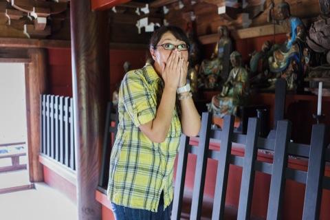 青梅のツアーにて、天寧寺の副住職さんのご好意で普段は入れない天寧寺の山門の階上にある仏像を見せていただき、大興奮の青木さん。