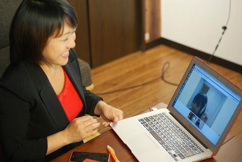チャットワークのビデオ会議機能で加藤さんと会話する作宮さん
