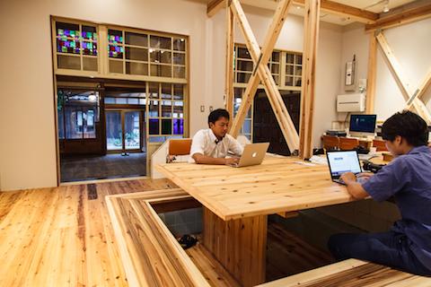 オフィスのコワーキングスペースにて。腰掛けているベンチは、銭湯の浴槽をそのまま活かして作られている。
