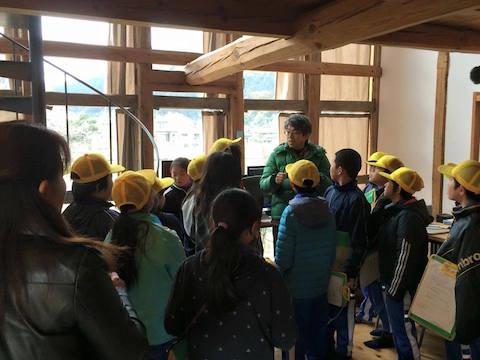 サテライトオフィスの見学に訪れた地元の小学生を案内する谷脇さん。