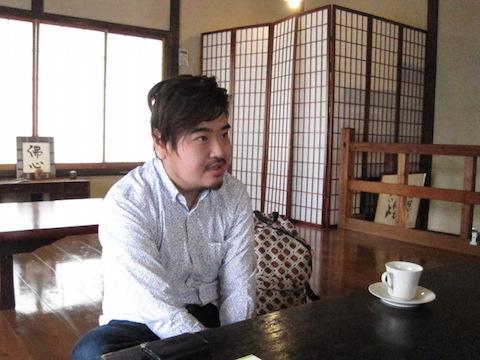 浅草にあるダンクソフトのサテライトギャラリーで話をする遠山さん