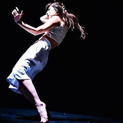 舞台で踊る柴田さん(撮影:bozzo)