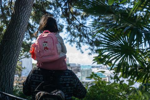 イベント中フィールドワークに訪れた世田谷の歴史あるお寺「行善寺」の境内より、眼下に広がる町を眺める西村さん親子。