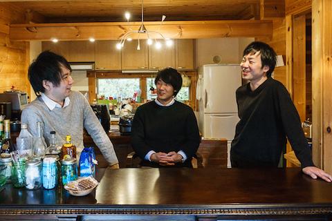 左から、CCOの穂積さん、CEOの邉さん、ライターの高崎さん。現在は3人で共同生活をしている。