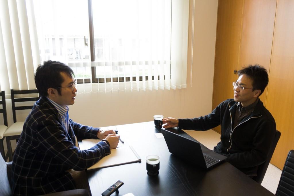 インタビューは、ソニックガーデンが昨年新しく設けた自由が丘の「ワークプレイス」にて行われた。ソニックガーデンの社員は、自宅やこのワークプレイスなど、好きな場所で働くことができる。
