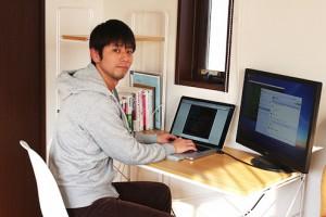 自宅で仕事をする伊藤さん。(写真提供:伊藤さん)