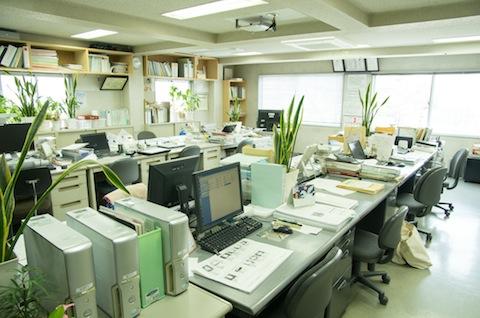 雨の日以外は現場に出ている社員が多く、事務所内はガランとしていることが多い。社長と横澤さんが現場に出向いて社員の個別面談をすることも有るそうだ。