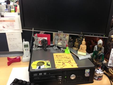仏像グッズでいっぱいの、青木さんのデスク。