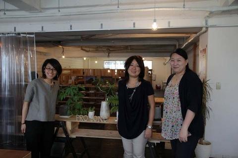 サービスグラント関西事務局のスタッフの方たちと浅井さんの3ショット。みわっちという愛称で呼ばれていて和やかな関係性。
