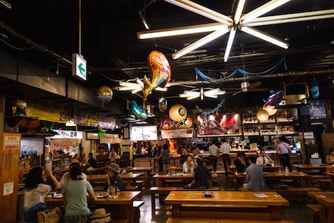 「ひろめ市場」は屋台村とかショッピングセンターのフードコートみたいな感じで、たくさんお店が並んでいる中から好きなものを買って食べられるようになってます。