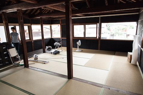 2階に、合宿形式での話し合いや飲み会、宿泊にも使える広い和室がある。