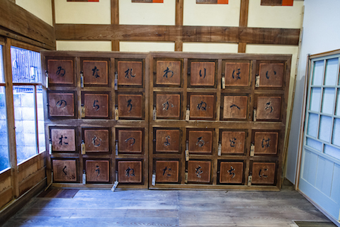 入り口の番台や脱衣所の物入れなど、銭湯時代の名残がそのまま残されている。