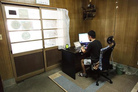 入り口を入ってすぐ、荻野さんが朝から夕方まで過ごす仕事場がある。