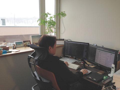 自宅で仕事をする田名辺さん