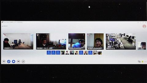 様々な場所で働く社員の様子が映しだされているビデオ会議システムの画面