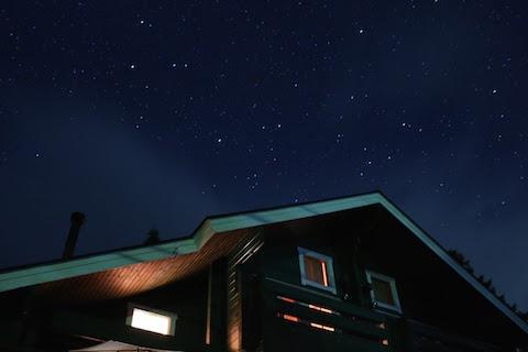 ログハウスの上には満点の星。